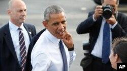 Tổng thống Hoa Kỳ Barack Obama chào một quân nhân sau khi chiếc Không Lực Một hạ cánh tại căn cứTrân Châu Cảng-Hickam, thứ 4 ngày 31 tháng 08 năm 2016.
