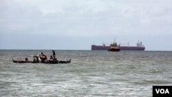 Một số ngư dân đánh bắt cá trong vùng quanh bãi cạn Scarborough, khu vực có nguồn hải sản phong phú, nhưng đang có tranh chấp