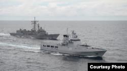 2014年11月12日奧利弗•哈澤德•佩里級導彈護衛艦USS羅德尼•M•戴維斯(FFG60)(左一)和文萊皇家海軍萊達魯薩蘭國級近海巡邏艦KDB Darulaman(PV08)在南中國海合作參與水上戰備和訓練 (美國海軍圖片)