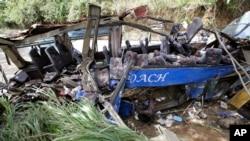 Les restes d'un autre accident de bus un mois plus tôt à Tanay, aux Philippines, le 20 février 2017.
