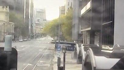 Một con kangaroo nhảy trên các đường phố vắng bóng người vì tình trạng phong tỏa để chặn dịch corona ở thành phố Adelaide, Nam Úc. Ảnh chụp từ video ngày 20/4/2020.
