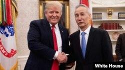 Ông Trump và ông Lưu tại Nhà Trắng năm ngoái.
