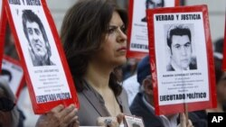 Portando fotos de víctimas de la dictadura, los chilenos recordaron el año pasado un aniversario más del golpe militar de Augusto Pinochet.