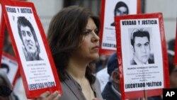 Демонстрация в Сантьяго, Чили. Фото жертв диктатуры Аугусто Пиночета.