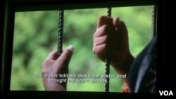 រូបឯកសារ៖ ជនរងគ្រោះនៃការជួញដូរមនុស្សនៅក្នុងខ្សែភាពយន្តឯកសារ«តម្លៃកូនក្រមុំ»រៀបរាប់រឿងរ៉ាវរបស់នាងដែលត្រូវបានបោកប្រាស់ឲ្យរៀបការជាមួយនឹងបុរសជនជាតិចិន ហើយត្រូវបានបង្ខំឲ្យធ្វើការដូចទាសករនៅប្រទេសចិន។ (VOA Khmer)