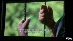 ជនរងគ្រោះនៃការជួញដូរមនុស្សនៅក្នុងខ្សែភាពយន្តឯកសារ«តម្លៃកូនក្រមុំ»រៀបរាប់រឿងរ៉ាវរបស់នាង ដែលត្រូវបានបោកប្រាស់ឲ្យរៀបការជាមួយនឹងបុរសជនជាតិចិន ហើយត្រូវបានបង្ខំឲ្យធ្វើការដូចទាសករនៅប្រទេសចិន។ គម្រោងប្រឆាំងការជួញដូរមនុស្សនៅកម្ពុជា ហៅកាត់ថា (CTIP) ដែលឧបត្ថម្ភដោយទីភ្នាក់ងារ (USAID) កំពុងផ្តល់ជំនួយដល់ជនរងគ្រោះ។ (រូបថត៖ ផន បុប្ផា/VOA Khmer)