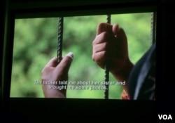 ជនរងគ្រោះនៃការជួញដូរមនុស្សនៅក្នុងខ្សែភាពយន្តឯកសារ«តម្លៃកូនក្រមុំ»រៀបរាប់រឿងរ៉ាវរបស់នាង ដែលត្រូវបានបោកប្រាស់ឲ្យរៀបការជាមួយនឹងបុរសជនជាតិចិន ហើយត្រូវបានបង្ខំឲ្យធ្វើការដូចទាសករនៅប្រទេសចិន។ (រូបថត៖ ផន បុប្ផា/VOA Khmer)