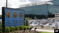 메릴랜드에 있는 국가안보국(NSA) 본부. 에드워드 스노든은 국가안보국이 경제적 이익을 위해서도 정보를 수집했다고 밝혔다.