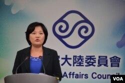 陆委会副主委兼发言人吴美红3月6日例行记者会 (美国之音 申华拍摄)