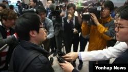 일본 규슈 구마모토현 강진에 따른 공항 폐쇄로 현지에서 체류하던 한인 여행객이 긴급 편성된 아시아나항공 임시 운항편으로 16일 오후 후쿠오카 공항을 출발해 인천공항을 통해 귀국, 취재진에게 지진 당시 상황을 이야기하고 있다.