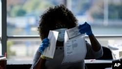 Nhân viên kiểm phiếu đang làm việc ở State Farm Arena, Atlanta, bang Georgia hôm 4/11