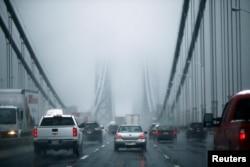 2014年11月26日感恩节汽车通过纽约的华盛顿大桥(资料照片)