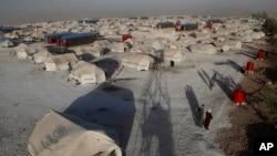 Kamp pengungsi dari warga yang menyelamatkan diri dari konflik antara Pasukan Demokratik Suriah yang didukung AS dan kombatan ISIS, di Kota Ain Issa town, timur laut Suriah.