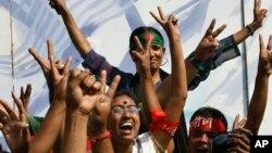 Phản ứng của giới trẻ Bangladesh khi tòa tuyên án tử hình ông Delwar Hossain Sayedee, 28/2/13. Ông bị xét là có tội, bao gồm mưu sát và hãm hiếp tập tập thể