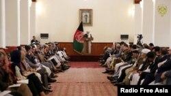افغان صدر اشرف غنی کابل کے صدارتی محل میں مذاکراتی وفد کے ارکان سے خطاب کر رہے ہیں۔ (فائل فوٹو)