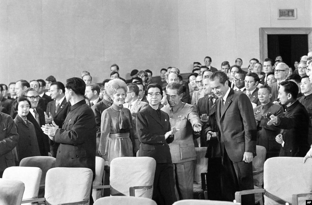 1972年2月22日,美國總統尼克松訪問中國時,中國總理周恩來和毛澤東夫人江青請他觀看芭蕾舞劇《紅色娘子軍》。 圖為他們在北京人民大會堂就座前。 美國中情局1972年2月22日的對總統簡報表示,蘇聯方面使用國營媒體對此次尼克松訪華進行了負面報導, 不過並未發表權威性的社評。 蘇聯媒體的普遍論調就是中國拋棄了越南。 1972年2月23日的簡報中談到,在尼克松訪問中國期間,當時波蘭共產黨領導人對中國進行了嚴厲的抨擊。