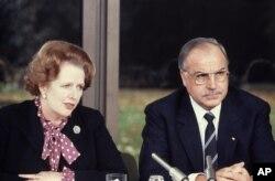 Margaret Thatcher ex primera ministra británica y Helmut Kohl. Oct. 29 de 1982.