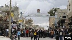 Demonstran berkumpul di dekat masjid Omari di Dara'a (22/3).