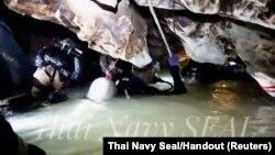 Đội đặc nhiệm Thái đang vào hangTham Luang ngày 4/7/2018.