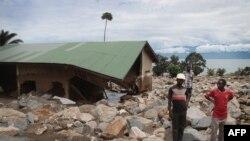 Des maisons détruites après un glissement de terrain dans le village de Rutunga dans la province de Bururi, à 35 km au sud de la capitale Bujumbura, le 30 mars 2015.