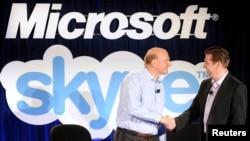 CEO Microsoft Steve Ballmer (kiri) dan CEO Skype Tony Bates berjabat tangan dalam konferensi pers di San Francisco (10/5) lalu.