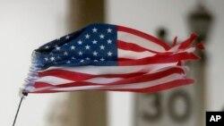 Una bandera estadounidense rasgada por los vientos del huracán Matthew en St. Agustin, Florida.