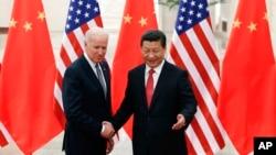 Chủ tịch Tập Cận Bình (phải) bắt tay với Phó tổng thống Biden trong một cuộc họp vào tháng 12/2013.