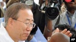 Secretário-geral da ONU, Ban ki-Moon no lançamento da nova campanha de vacinação contra a polio em Angola (27 Fevereiro, 2012)