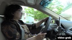 Tri Narmini, diaspora Indonesia dan pengemudi Uber, mengendarai mobilnya berkeliling kota Annapolis.