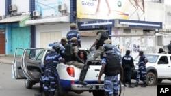 La police arrête une femme après avoir dispersé une manifestation à Libreville, au Gabon, 15 août 2012 (Archives).