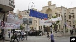 Spanduk kandidat anggota parlemen terpampang di sebuah jalan dekat gedung parlemen Suriah di Damaskus (Foto: dok). Suriah akan menggelar Pemilu Parlemen hari ini (7/5).