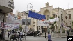 Spanduk kandidat anggota parlemen terpampang di dekat gedung parlemen Suriah (foto: dok). Pemilu Suriah pekan lalu diikuti oleh 51 persen pemilih.