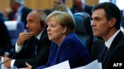 La chancelière allemande Angela Merkel et le Premier ministre espagnol Pedro Sanchez assistent à un sommet d'urgence des dirigeants de l'Union européenne sur l'immigration au siège de la Commission européenne à Bruxelles, en Belgique, le 24 juin 2018.