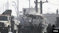 Sebuah bis terbakar setelah serangan militan Taliban di Kabul, Afghanistan, 19 Desember 2010.