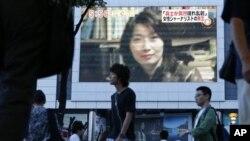 在東京的一座大型電視報導日本記者山本美香在敘利亞採訪遇害的消息.
