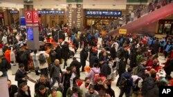 Suasana di stasiun kereta api Beijing, China, 17 Januari 2020.