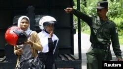 Polisi syariah di Aceh menggiring perempuan yang dianggap berpakaian terlalu ketat di Lambalek, Aceh Barat. (Reuters/Junaidi Hanafiah)