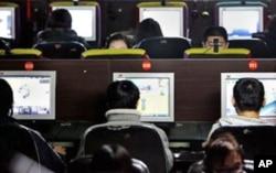 中国的年轻人在网吧上网
