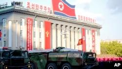 朝鲜导弹在迎劳动党建党70周年庆典活动上游行(资料照片)