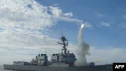 Quân đội Hoa Kỳ cho hay các vụ oanh kích có sử dụng phi đạn cruise Tomahawk đã làm suy yếu đáng kể hệ thống phòng không của Gadhafi