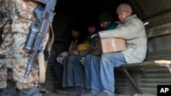 지난 2월 우크라이나 동부 도네츠크에서 친러 반군이 포로로 붙잡은 정부 군 병사들을 지키고 있다.