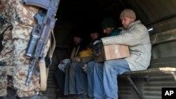 Seorang separatis pro-Rusia (bersenjata) mengawal beberapa tawanan tentara Ukraina di Novohryhorivka, Donetsk, Ukraina timur (foto: dok).