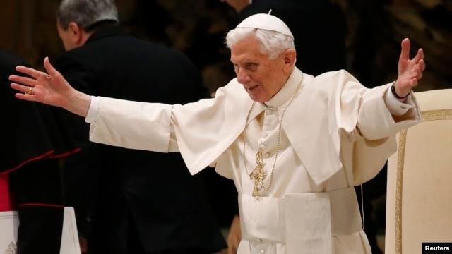 Đức Giáo Hoàng Benedict XVI mở rộng vòng tay chào đón các tín đồ Công giáo tại Đại Giáo Đường Thánh Phê Rô, ngày 13/2/2013.