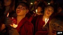 Kendilerini yakanlar için yas tutan Budist keşişler