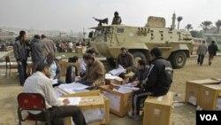 Petugas Pemilu menghitung surat suara yang masuk di Kairo, Mesir (30/11).