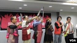 台湾原住民誓师参加火大游行(美国之音申华摄影)