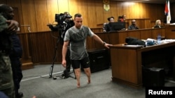 Oscar Pistorius melepaskan kaki palsunya dan berjalan tertatih-tatih di depan hakim di pengadilan Pretoria, Afsel, Rabu (15/6).