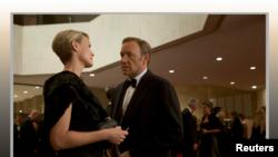 کوین اسپیسی و رابین رایت در صحنه ای از سریال