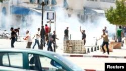 突尼斯的伊斯蘭激進分子與警方發生街頭巷戰﹐警方向抗議人群施放催淚瓦斯。