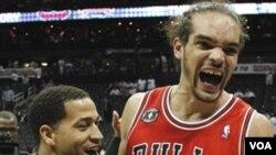 Joakim Noah et son coéquipier Jannero Pargo heureux après leur victoire contre Atlanta Hawks en NBA basketball le 12 mai 2011 Source: VOA